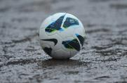 Spielausfall, Regen, Ball in Pfütze, Schlechtes Wetter, Spielausfall, Regen, Ball in Pfütze, Schlechtes Wetter
