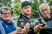 """Der Landesligist VfL Kemminghausen hat sein eigenes Bier: Das """"VfL""""-Pils."""