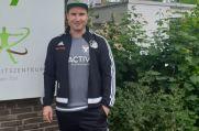 Haltern-Trikot und Sinsen-Jacke: Dennis Ley mit modischer Untermalung seiner Doppel-Funktion.