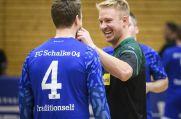 Mike Hanke (rechts), ehemaliger Stürmer des FC Schalke 04, scherzt mit seinem Gegenspieler.