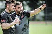 Trainer Slavko Franjic zeigt es seinem Spieler Kevin Hoffmeyer an: Da führt der Weg in die Bezirksliga.