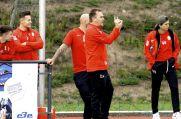 Dirk Möllensiep (vorne), Trainer der SpVgg Steele, gibt seiner Mannschaft Anweisungen.