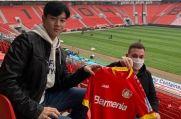 In-gyom Jung (links) präsentiert das Trikot seines neuen Arbeitgebers Bayer Leverkusen.