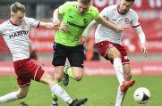 Auch von zwei Gegenspielern war Lars Lokotsch in der Regionalliga West nur schwer zu halten.