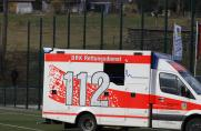 Krankenwagen, Fußballplatz, Symbolbild, Rettungswagen, Saison 2017/18, Krankenwagen, Fußballplatz, Symbolbild, Rettungswagen, Saison 2017/18