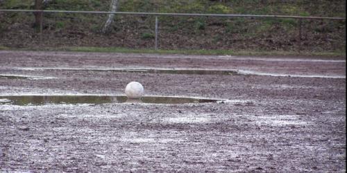 Marode Fußballplätze im Revier sind ein Gesundheitsrisiko. RS-Foto: Knopp