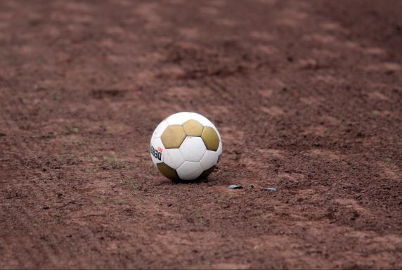Symbolbild, Fußball, Ball, Derbystar, Asche, Ascheplatz, Symbolbild, Fußball, Ball, Derbystar, Asche, Ascheplatz