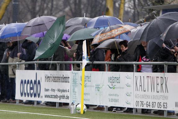 FC Kray, Regen, Symbolbild, Regenschirm, Kray Arena, FC Kray, Regen, Symbolbild, Regenschirm, Kray Arena