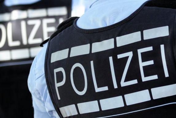 Die Polizei Duisburg wurde zu einem A-Jugend-Spiel nach Duisburg-Walsum gerufen. Spieler waren wegen eines Fouls mit Füßen und Fäusten aufeinander los gegangen.