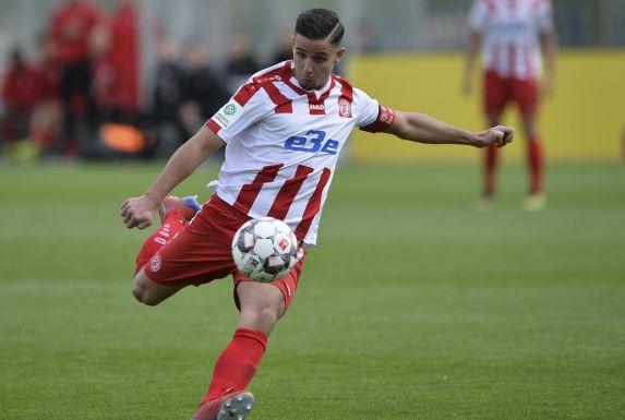 Berkan Arik, hier noch für Rot-Weiss Essens U19 am Ball, beim Abschluss.