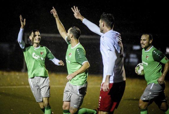 Der passt: Während ein Mülheimer (im weißen Trikot) reklamiert, drehen die Spieler des Vogelheimer SV jubelnd ab.