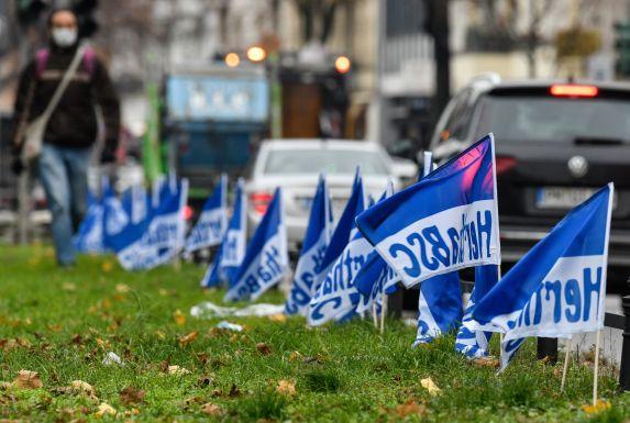 Hertha-Flaggen an der Kantstraße in Berlin.