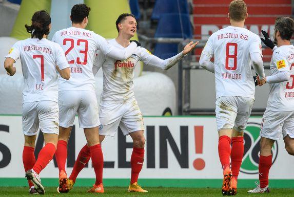 Jubelnde Kieler beim 3:0-Sieg in Hannover.