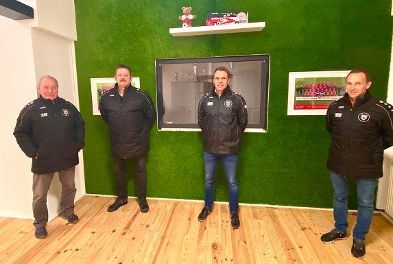 Die Sportfreunde Siegen stellten ihr neues A-Jugend-Trainerteam um Chefcoach Marco Weller (zweiter von rechts) vor.