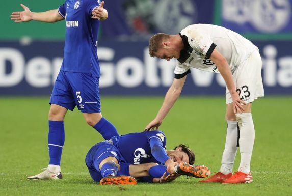 Schalkes Benjamin Stambouli liegt nach einem Tritt eines Ulmers auf dem Boden. S04-Fans gefiel die Kommentierung der Szene des Sky-Journalisten nicht.