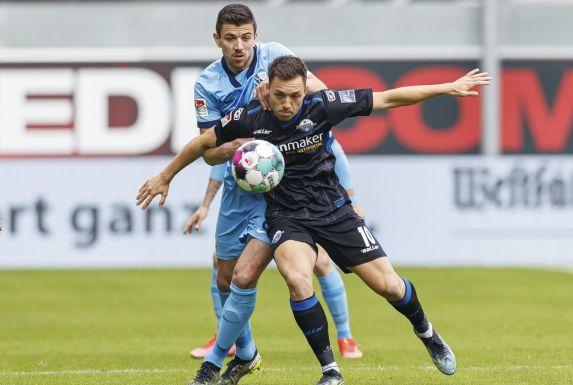 VfL Bochums Anthony Losilla (hinten) hat im Zweikampf mit Paderborns Julian Justvan (vorne) das Nachsehen.