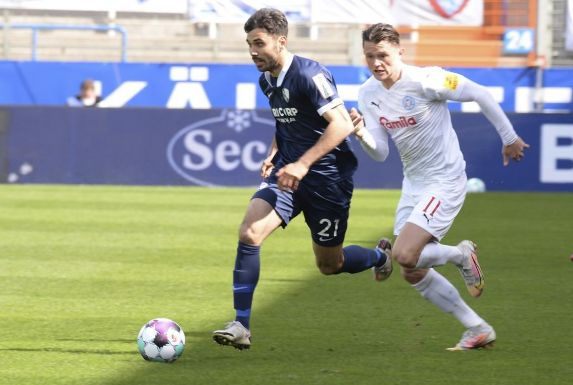 VfL Bochums Gerrit Holtmann (links) enteilt Holstein Kiels Fabian Reese (rechts).
