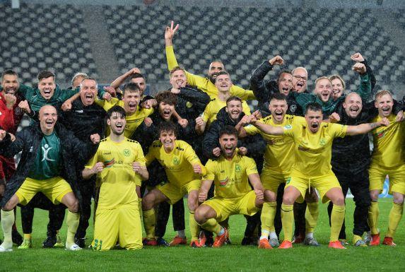 Im Halbfinale wurde Rot-Weiss Essen besiegt. Der SV Straelen will sich auch nach dem Endspiel zum Siegerfoto aufstellen.