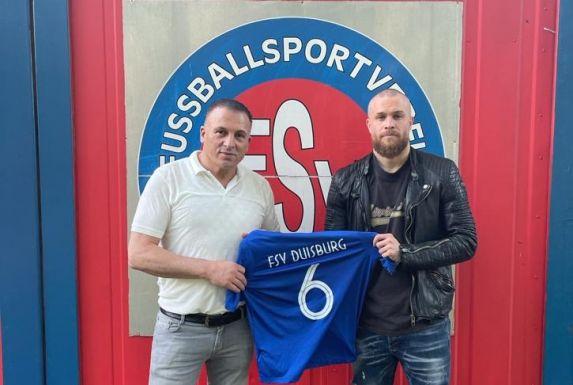 Erol Ayar (links), Sportchef des FSV Duisburg, mit seinem Neuerwerb Nurettin Kayaoglu.