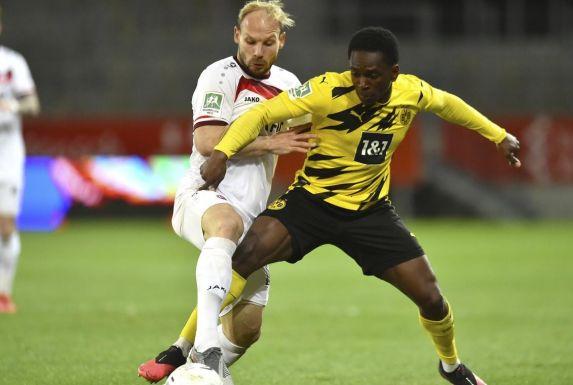 Ein hart umkämpftes Duell: Borussia Dortmund II und Rot-Weiss Essen, hier in Person von Felix Herzenbruch (links) und Haymen Bah-Traore.