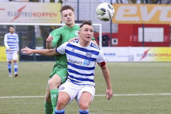 Migel-Max Schmeling (vorne), hier für die U19 des MSV Duisburg am Ball.
