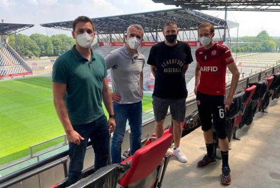 Von links: Jörn Nowak (Sportdirektor), Marcus Uhlig (Vorstand), Sascha Mölders (Kapitän des TSV 1860 München) und Dennis Grote (RWE-Profi).
