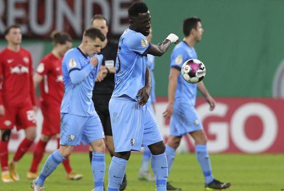 VfL Bochums Silvère Ganvoula (vorne) schleudert enttäuscht den Ball weg.
