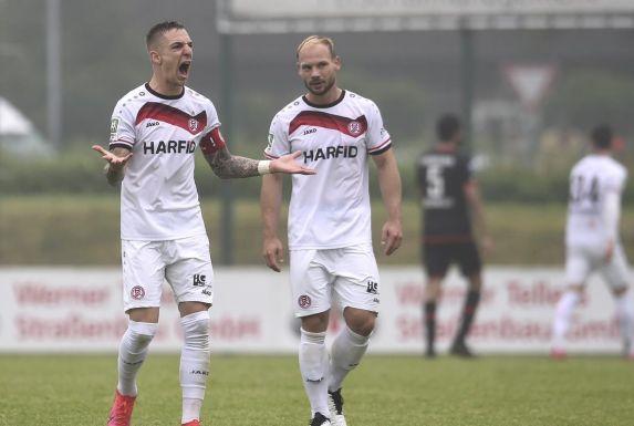 Große Enttäuschung, wie hier bei Marco Kehl-Gomez und Felix Herzenbruch (rechts), herrschte im RWE-Lager nach dem letzten Spiel.