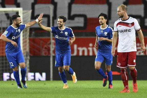Koray Kacinoglu (links) bejubelt gemeinsam mit Paolo Maiella (Zweiter von links) ein Tor gegen Rot Weiss Essen.