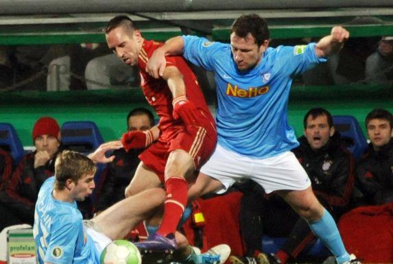 Die Bochumer Christoph Kramer (links) und Paul Freier (rechts) versuchen Bayern Münchens Franck Ribery (Mitte) den Ball abzujagen.