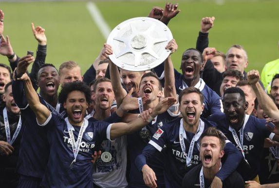 Die Spieler des VfL Bochum bejubeln den Gewinn der Zweitliga-Meisterschaft.
