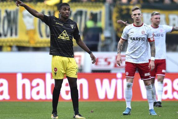 Jonathan Benteke (links), hier im Trikot von Alemannia Aachen im Spiel gegen Rot-Weiss Essen und Marco Kehl-Gómez.