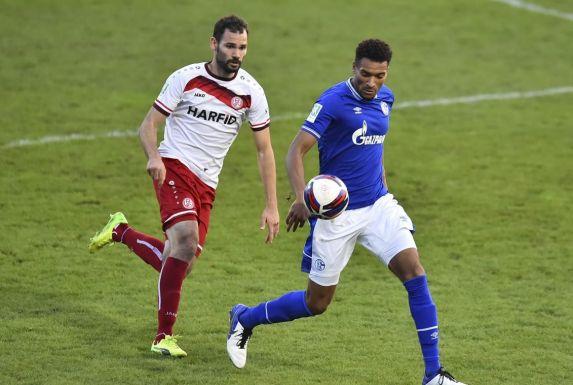 Noah Awassi schirmt hier den Ball gegen RWE-Torjäger Simon Engelmann ab.