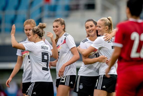Frauen: Deutschland besiegt Serbien - Sorgen um Linienrichterin