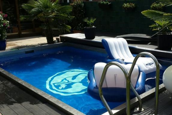 s04 in diesem pool geht die schalke liebe bis unters. Black Bedroom Furniture Sets. Home Design Ideas